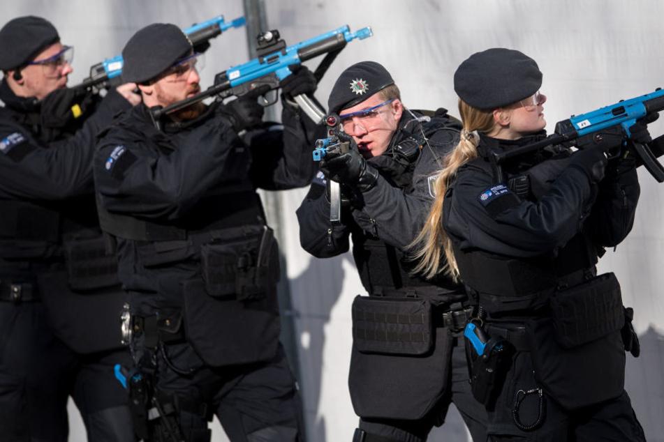 Die Polizei in NRW soll möglicherweise künftig robuster auftreten. (Symbolbild)