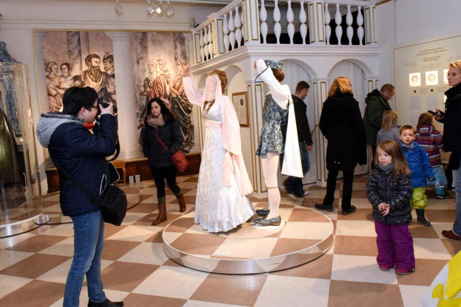 Gehören in Tschechien schon zum Nationalen Kulturgut: Die 40 Original-Kostüme  aus dem deutsch-tschechoslowakischen Märchenfilm von 1973 sind die Stars der  Ausstellung.