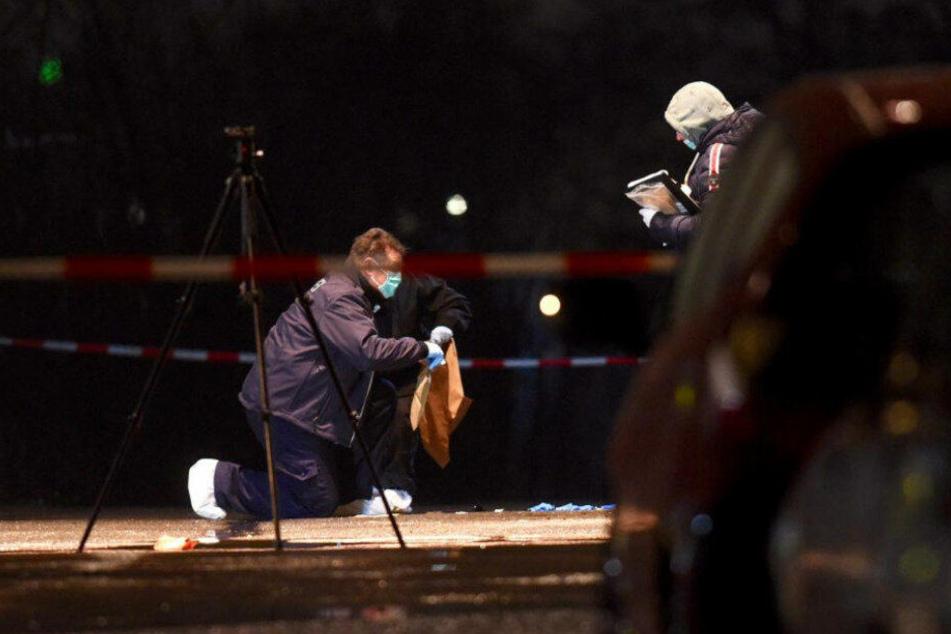 Kriminalisten untersuchen den Tatort.