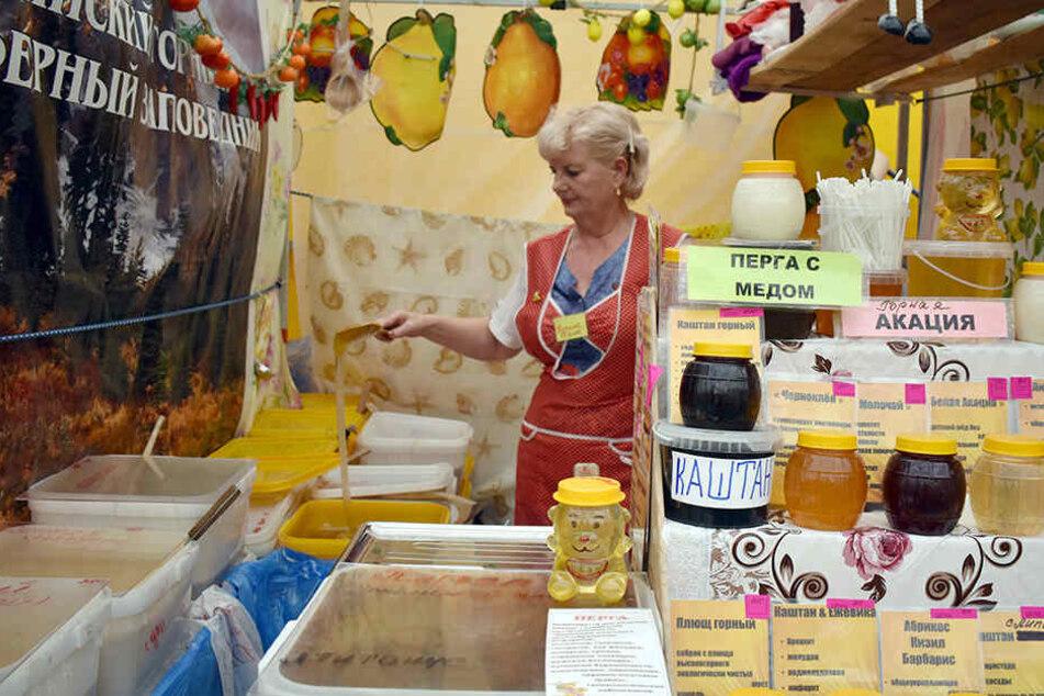 Natalia Kolos steht beim Honig-Jahrmarkt in Moskau an ihrem Verkaufsstand.