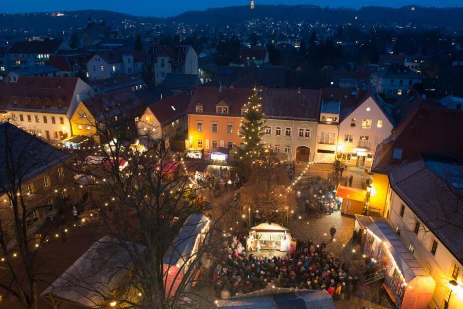 Hell erleuchtet sind die Verkaufsstände auf dem Weihnachtsmarkt in Altkötzschenbroda.