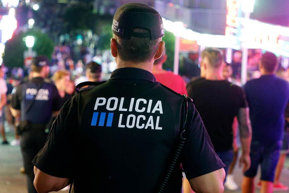 Die lokale Polizei von Calvia patrouilliert in der Nacht auf den Straßen von Magaluf.