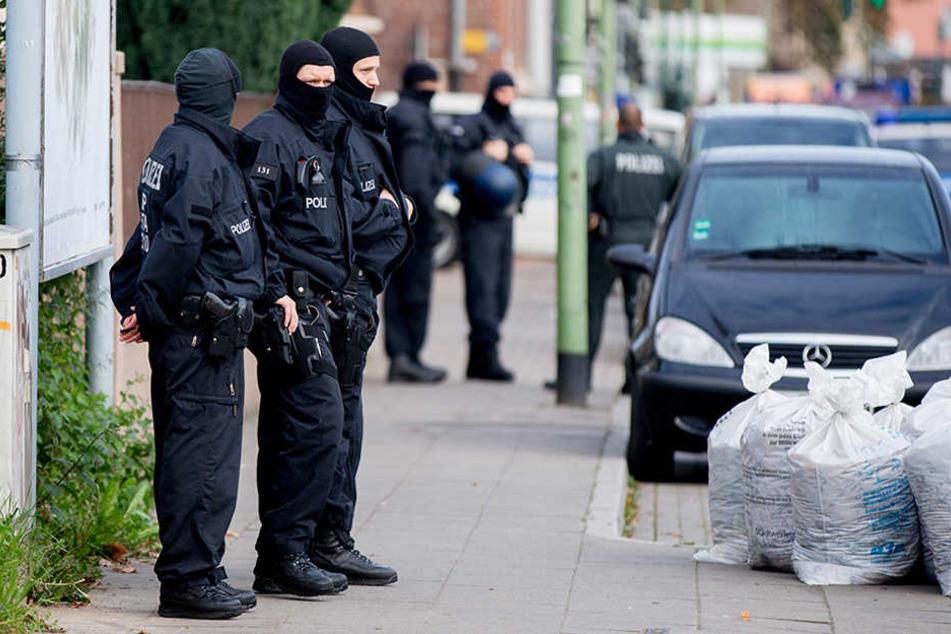 Gegen 4 Uhr stürmte die Bundespolizei das Grundstück in Rostock. (Symbolbild)