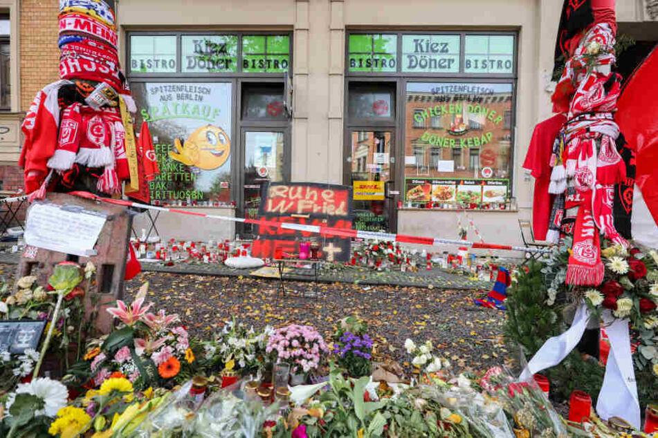 Der Bereich vor dem Dönerimbiss wurde zu einer Gedenkstätte für die Opfer des Anschlags.