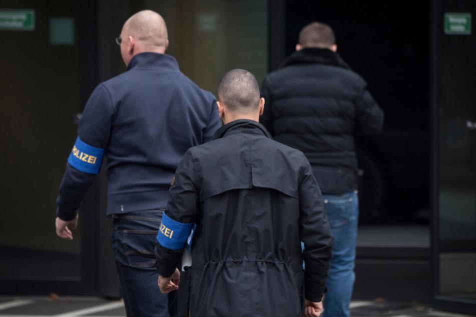 Zivilfahnder der Polizei betreten am 29. November 2018 die Zentrale der Deutschen Bank.