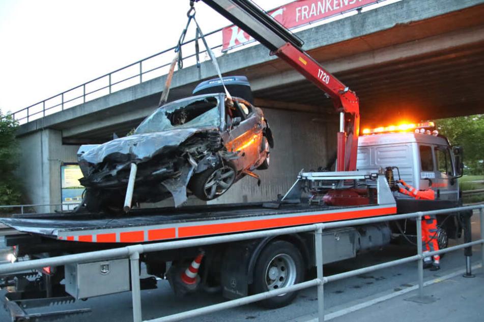 Das Auto wurde durch den Aufprall völlig zerstört.