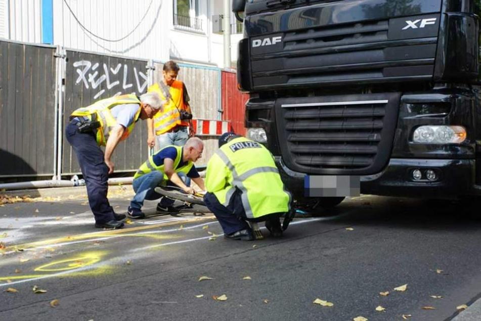 Polizisten bei der Unfallaufnahme.