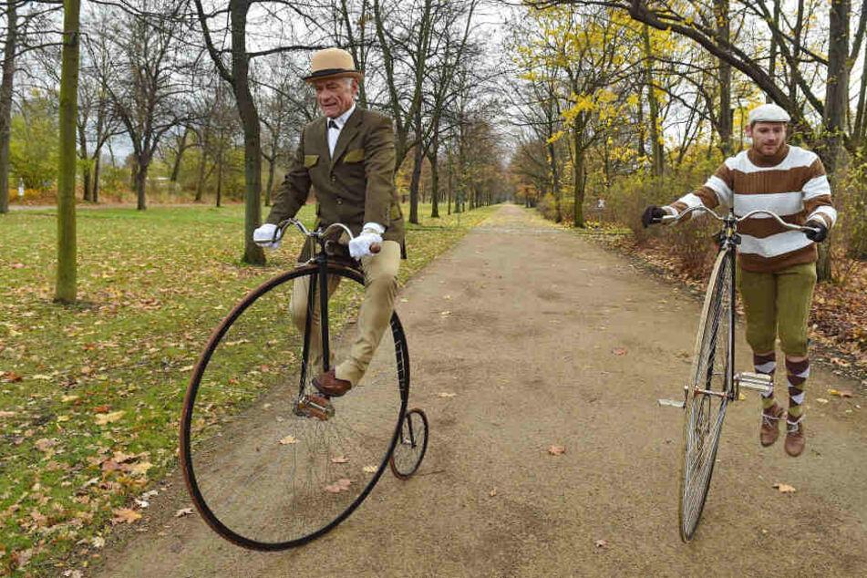 Mit seinem historischen Hochrad posiert Helmut Arnold (69) an der Herkulesallee im Großen Garten vor Sachsens ältestem Radweg.