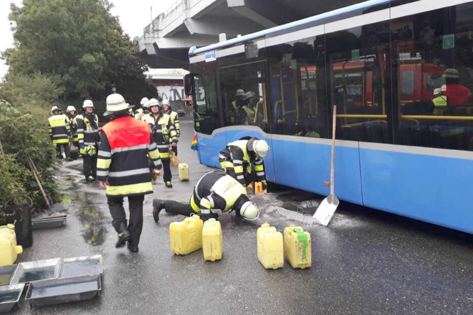 Der Tank des Busses wurde durch den Zusammenstoß aufgerissen. Rund 250 Liter Diesel liefen auf die Straße.