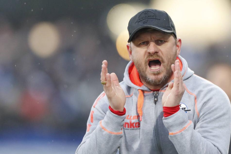 Während des Spiels versuchte Steffen Baumgart (46) seine Mannschaft nach vorne zu peitschen.