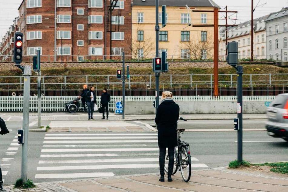 Manche Radler ignorieren die Vorschrift, Fußgängerüberwege auch nur zu Fuß zu überqueren. Am besten ist es, dazu vom Rad abzusteigen.