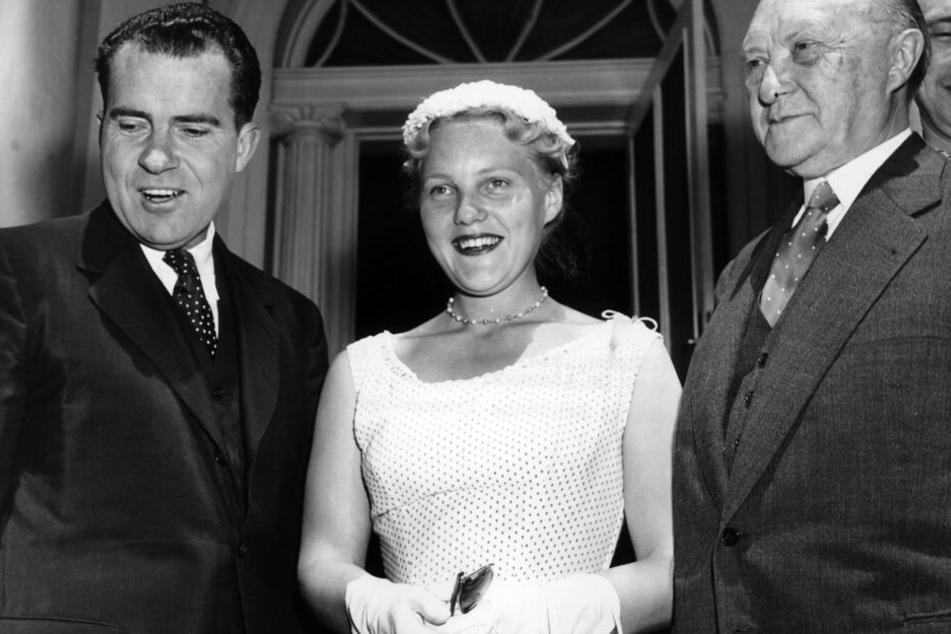 1956: US-Vizepräsident Richard Nixon, Libet Werhahn, die Tochter von Bundeskanzler Konrad Adenauer (r)