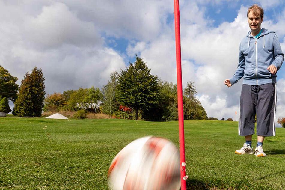 Einlochen auf dem Acker: Fußball-Golf in Gahlenz ist der neue Kick