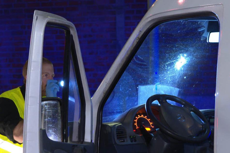 Ein Polizeibeamter untersucht den Transporter nach dem Vorfall.