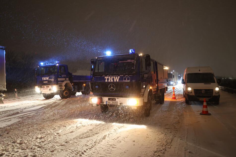 Auch auf der A4 in Gera ist Stillstand angesagt. Mitarbeiter des THW betreuen die Lkw-Fahrer.