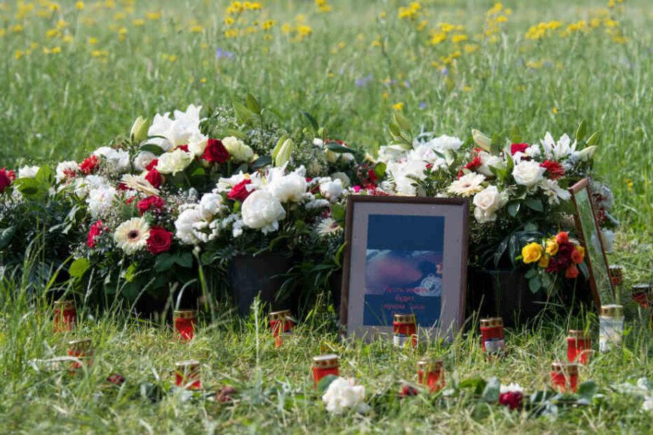 Blumen, Grablichter und Porträts der Getöteten wurde nach der Tat am Fundort der Leiche abgelegt.