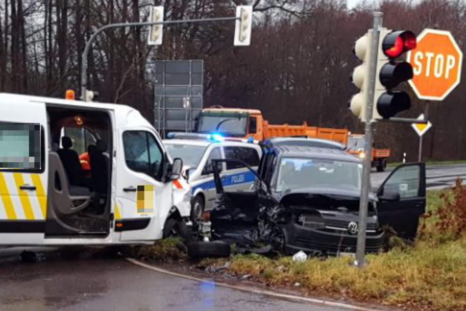 Die Fahrzeuge stießen frontal zusammen.