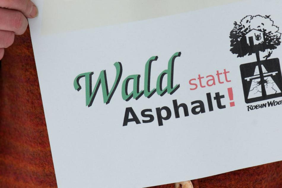 Drei Autobahn-Gegner werden im Elsaß durch Polizisten von Bäumen geholt und festgenommen. (Symbolbild)