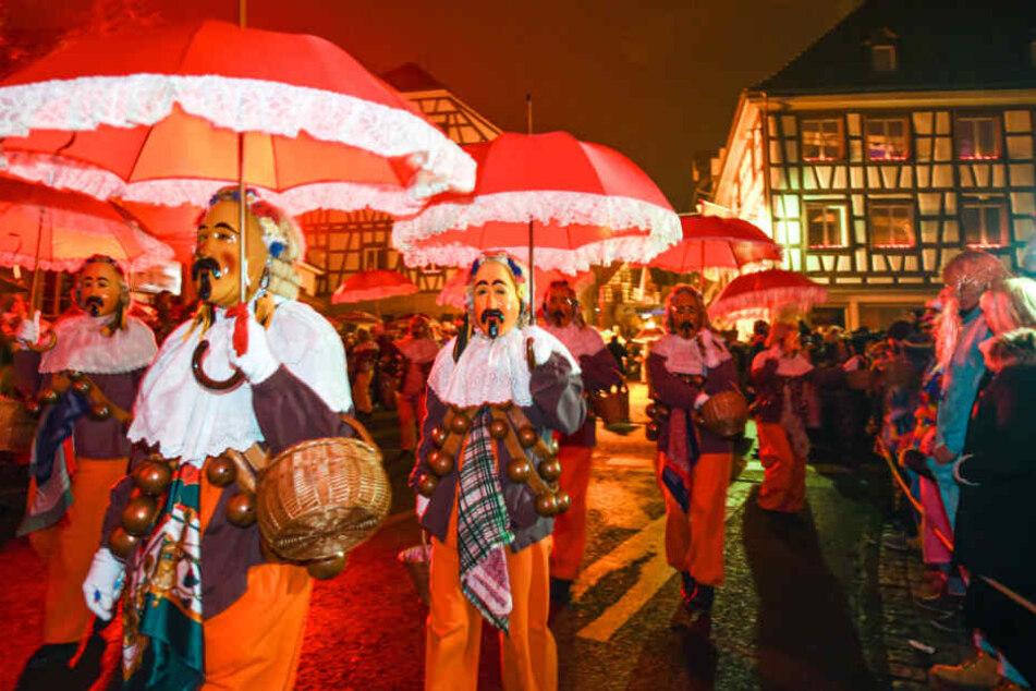 Mehrere Hansel aus Oberndorf beim Nachtumzug durch die Altstadt.