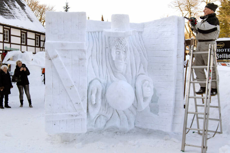 """Siegfried Heischkel fertigt aus einem großen Schneeblock seine Skulptur zum Thema """"Zauber und Magie""""."""
