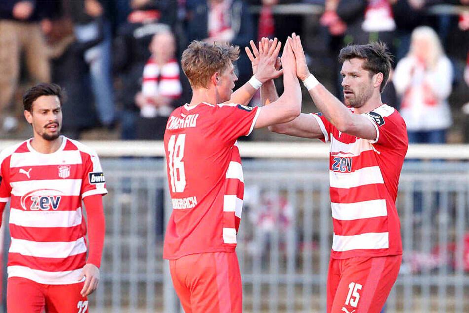 Der Youngster und der Oldie: Lion Lauberbach (l.) und Ronny König klatschen ab.