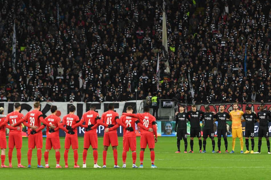 Am Mittelkreis hatten sich die Teams von Red Bull Salzburg (rot) und Eintracht Frankfurt (schwarz) aufgestellt.