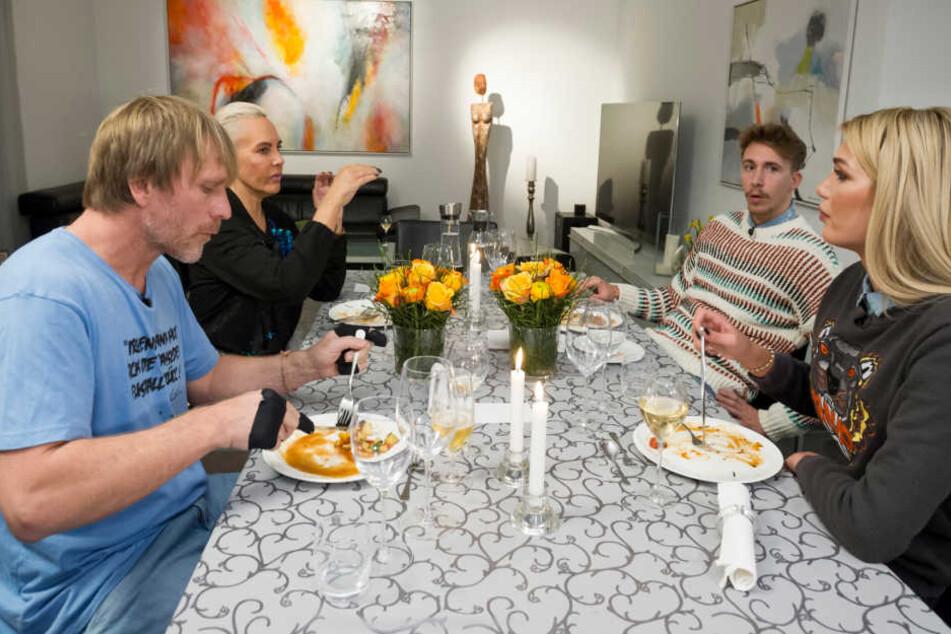 Am zweiten Abend des Dschungel-Dinners lud Giuliana Farfalla (21, r.) Ansgar Brinkmann (48, l.), Natascha Ochsenknecht (53) und David Friedrich (28) ein.
