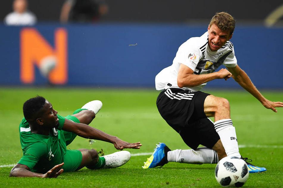 Das 2:0 kurz vor der Pause: Thomas Müller (r.) irritiert seinen Gegenspieler Omar Hawsawi, der den Ball dadurch ins eigene Tor lenkte.