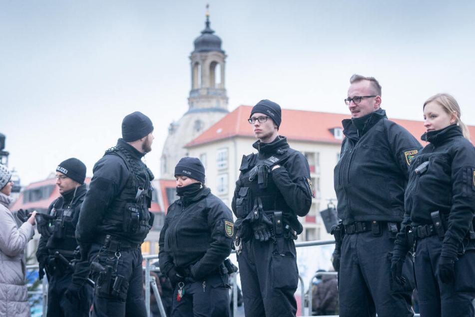 Polizisten am Nachmittag auf dem Altmarkt in Dresden