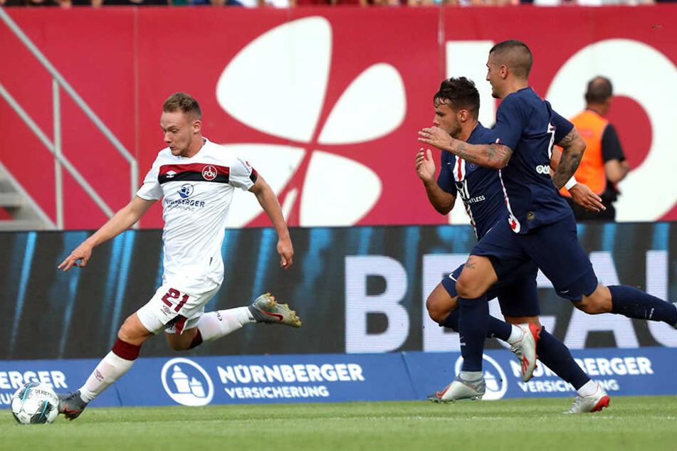 Vier Tage später gastierte PSG beim Club und kam nur zu einem Remis. Nürnbergs Federico Palacios (l.) versucht in dieser Szene Juan Bernat und Marco Verratti (r.) abzuschütteln.