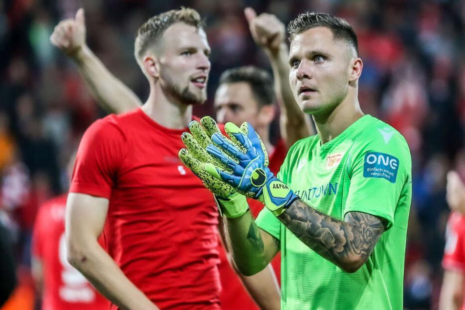 Rafal Gikiewicz bedankt sich nach dem Spiel gegen Hertha BSC bei den Fans.