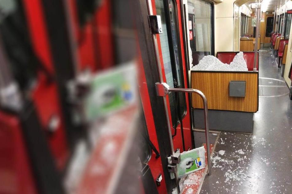 Das Foto der Duisburger Polizei zeigt Überreste einer zersplitterten Glasscheibe.