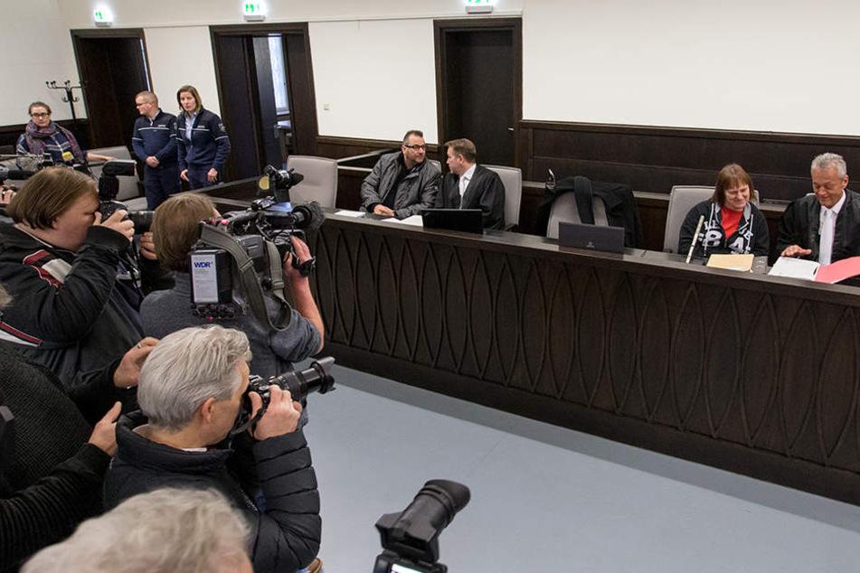 Die beiden Angeklagten sitzen mit ihren Verteidigern im Gerichtssaal.