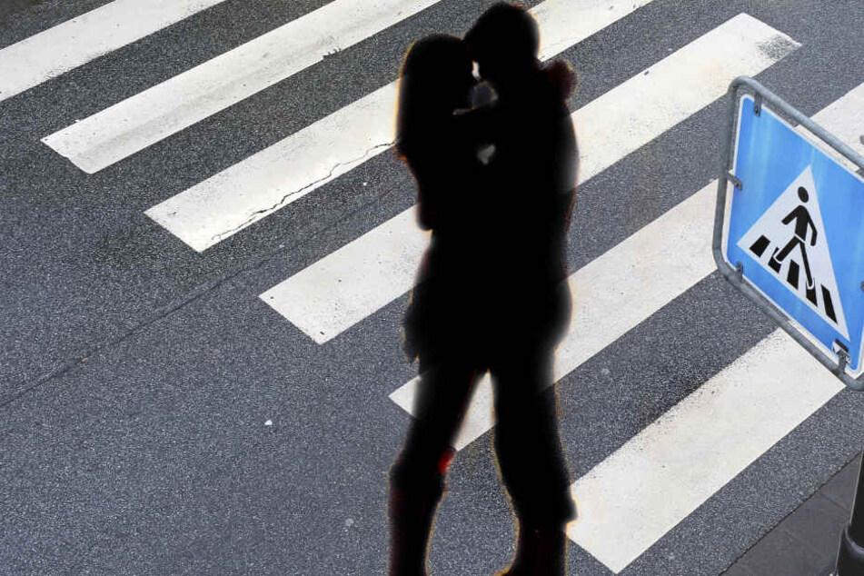 Während das Paar sich auf dem Zebrastreifen küsste, raste ein Auto in sie. (Symbolbild)