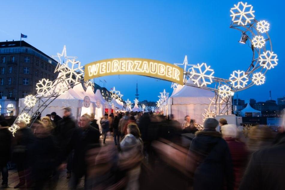 """Zahlreiche Menschen besuchen den Weihnachtsmarkt """"Weißerzauber"""" am Jungfernstieg."""