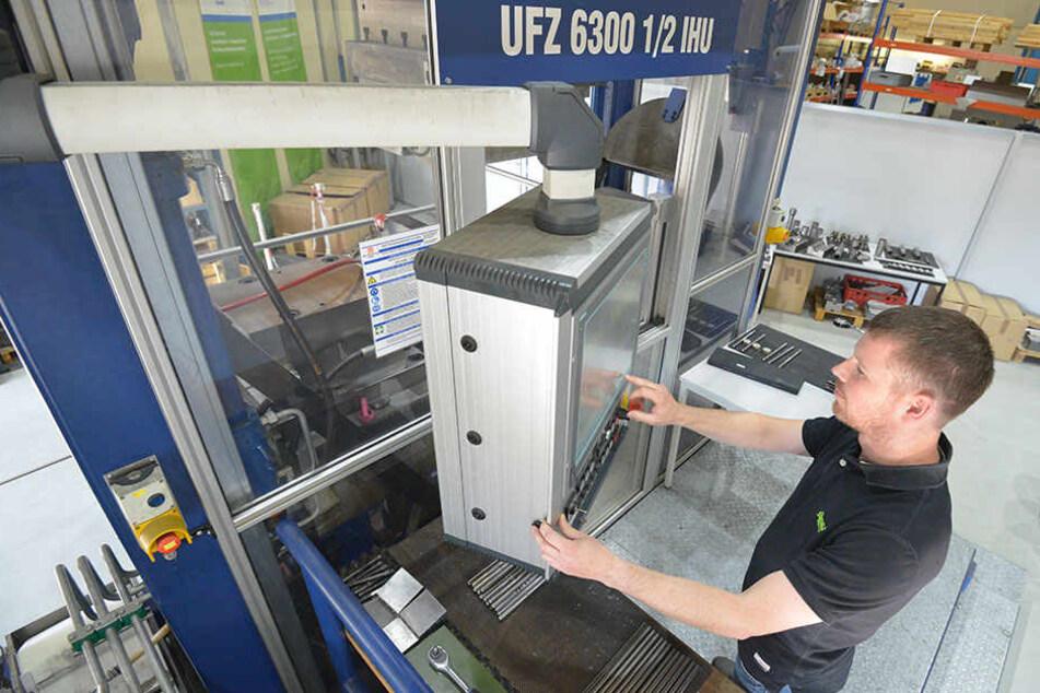 Technikumsmitarbeiter Stefan Eurich (36) an einer Innenhochdruckpresse.