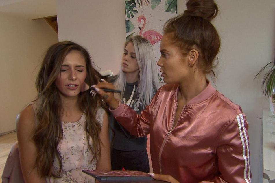 """Folge 15 von 15: Gina (M.) und Yvonne (r.) schminken Janette für ihre Hochzeit. Ist """"Leben. Lieben. Leipzig"""" danach Geschichte?"""