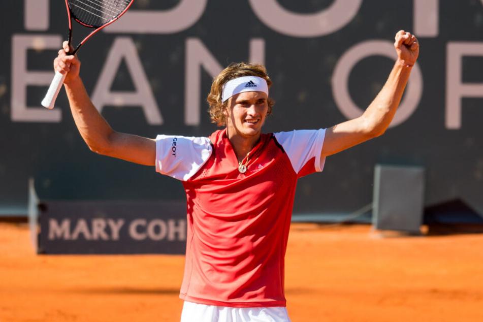 Alexander Zverev jubelt nach seinem Sieg im Auftaktspiel in Hamburg.