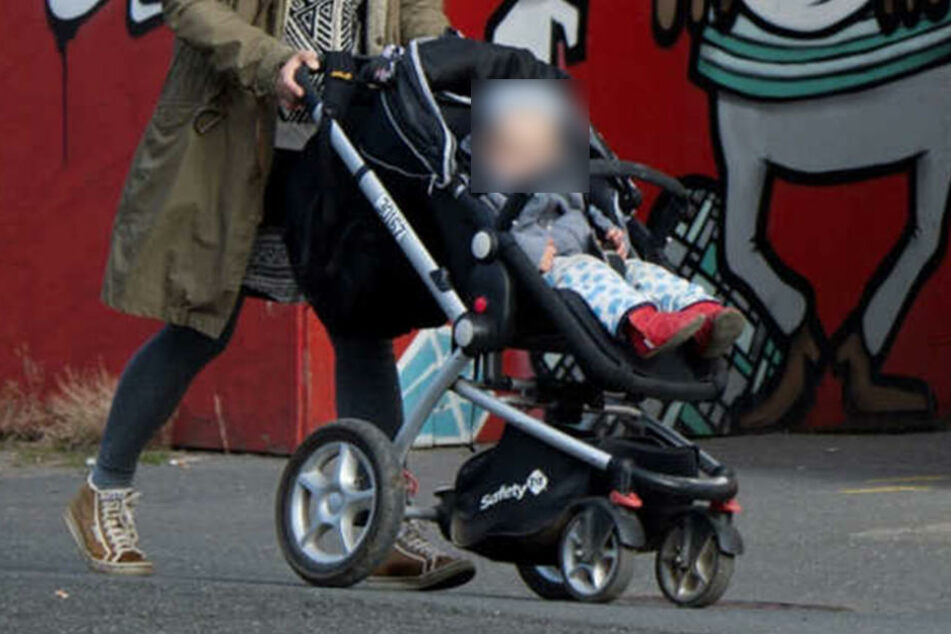 Eine 19-Jährige muss wegen Kindesentziehung für fast drei Jahre hinter Gittern. (Symbolbild)