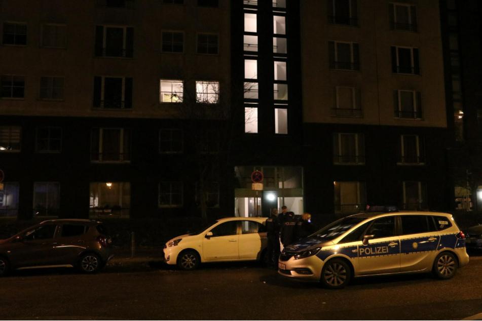 Polizeibeamte stehen vor dem Haus in der Simon-Bolivar-Straße, wo sich ein blutiger Streit zugetragen hat.