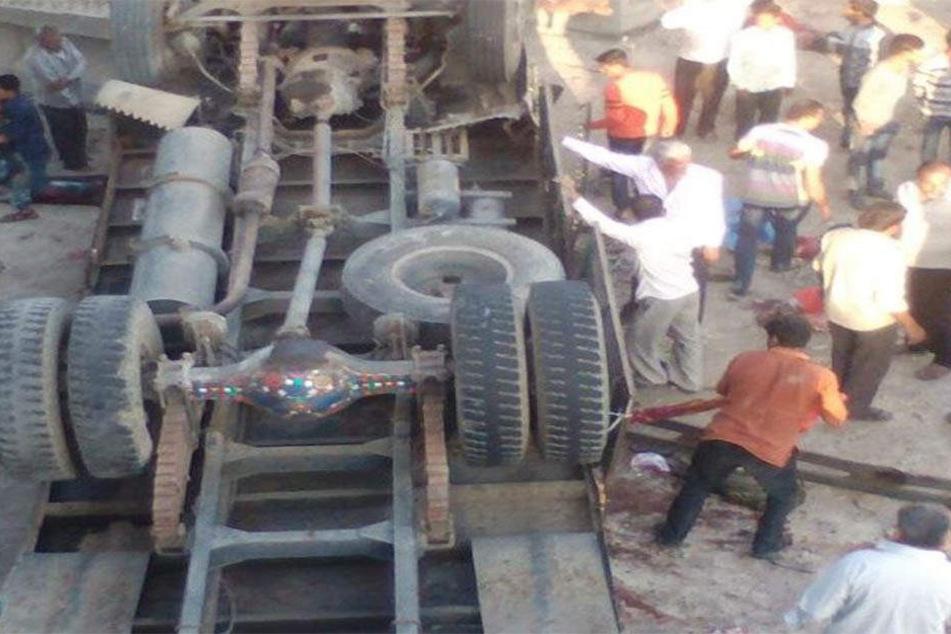 Bei einem schweren Busunglück im westindischen Bundesstaat Gujarat sind mindestens 26 Menschen ums Leben gekommen.