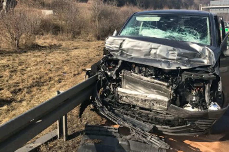 Transporter mit sechs Häftlingen auf Autobahn verunglückt