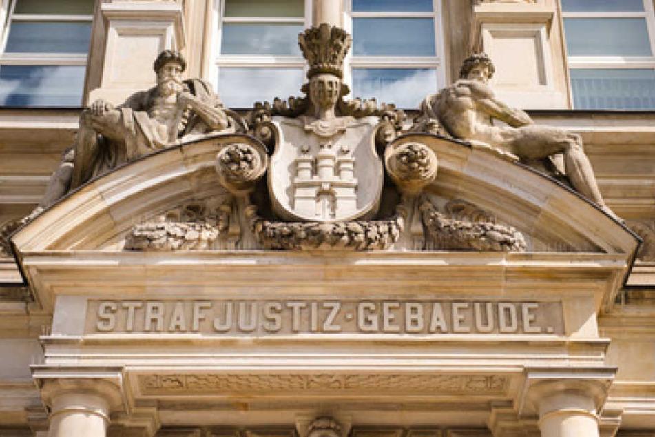 Schriftzug über dem Eingang vom Landgericht Hamburg.