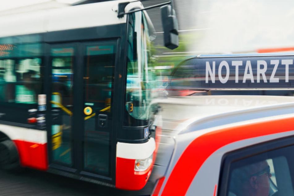 Busscheibe zerbricht: Kleines Mädchen (5) fällt während der Fahrt auf den Asphalt
