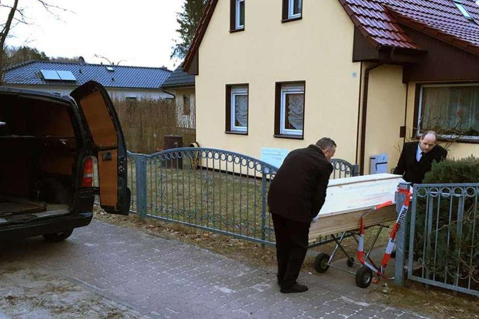 Ein Sarg mit der Leiche der Großmutter des Angeklagten wird aus dem Haus gerollt.