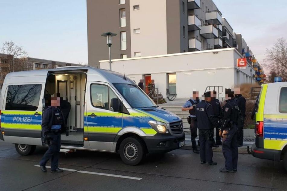 Eine Seniorin rief nach einem brutalen Überfall in Potsdam die Polizei.