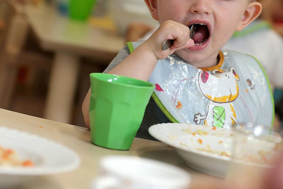 Eine Kita-Leiterin aus Cottbus soll mehrere kleine Kinder zum Essen gezwungen haben. (Symbolbild)