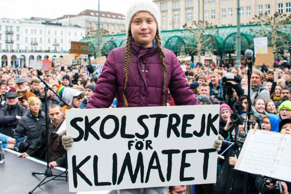 Greta Thunberg, Klimaaktivistin, stand schon vor einem Jahr während einer Kundgebung auf dem Rathausmarkt in Hamburg.