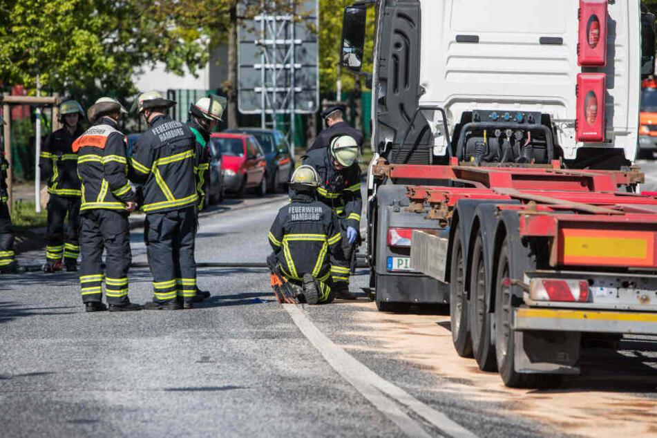 Die Feuerwehr sichtet vor Ort den Schaden am Lastwagen.