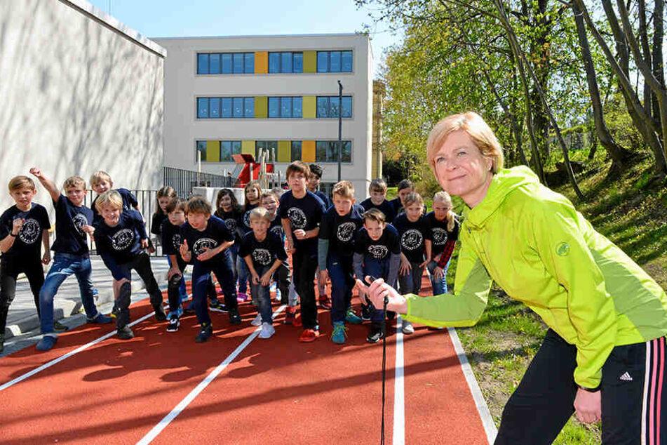 Können den Startschuss zum Mini-Marathon kaum erwarten: Sportlehrerin Sylke Kümmig (54) mit Schülern der 39. Grundschule.